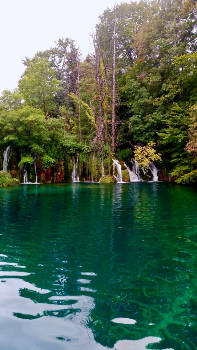 laghi di plitvice con cascate in croazia