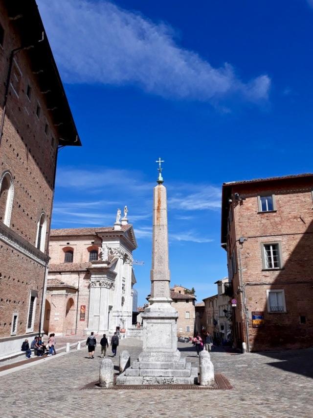 obelisco di Urbino in piazza Rinascimento